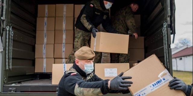 Łódzcy Terytorialsi każdego dnia dostarczają żywność, leki i środki ochrony osobistej dla najbardziej potrzebujących. Do tej pory dostarczyli ponad 70 ton materiałów